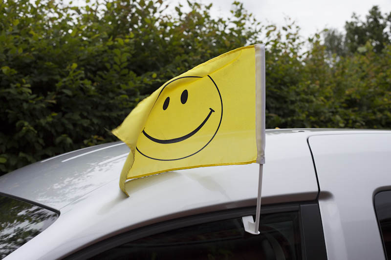 Smiley-Fahne an Auto